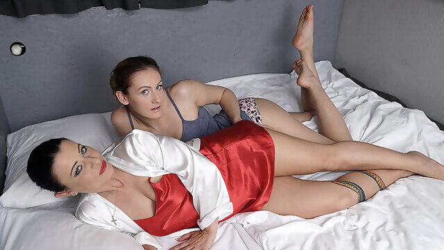 Hot Old And Young Lesbian Couple Making Out - MatureNL dutch cunnilingus